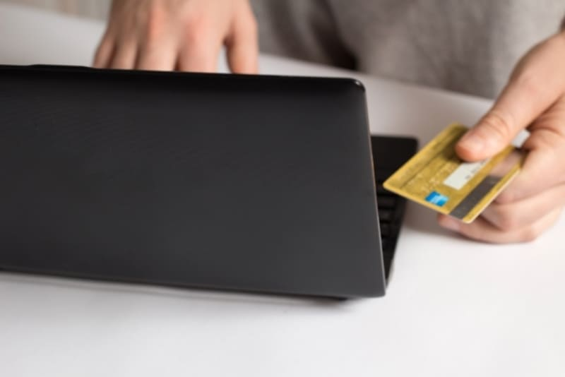 クレジットカードが無いため、デビットカードで決済しているときの写真