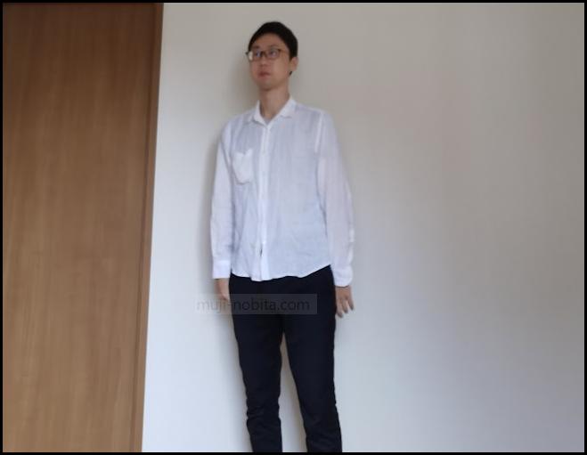 白シャツ、黒ズボンの石黒