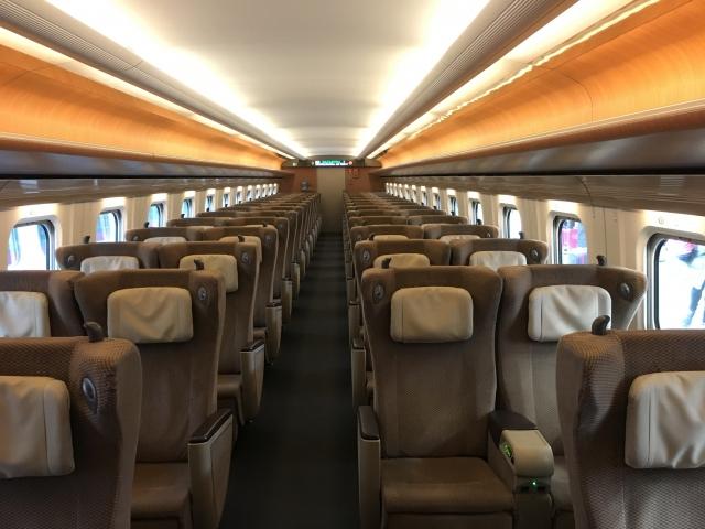 新幹線のグリーン車の座席イメージ