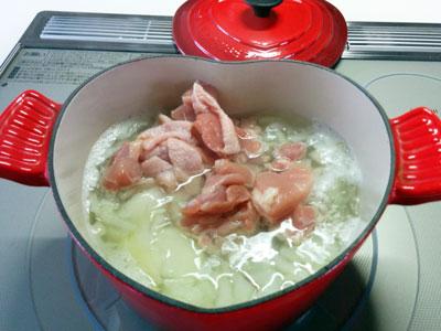 鍋にチキンを入れる