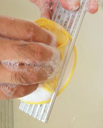 フラワークリーナーでIHグリルの排気口カバーを洗う