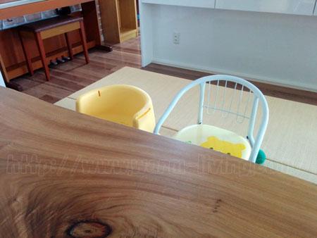 ヨシオ家の高床式ユニット畳に豆椅子置いた状態