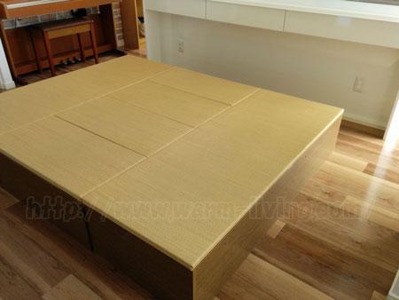 ヨシオ家の高床式ユニット畳の上は子供の遊び場にもなる