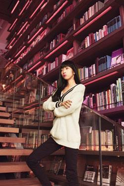 図書館の女性