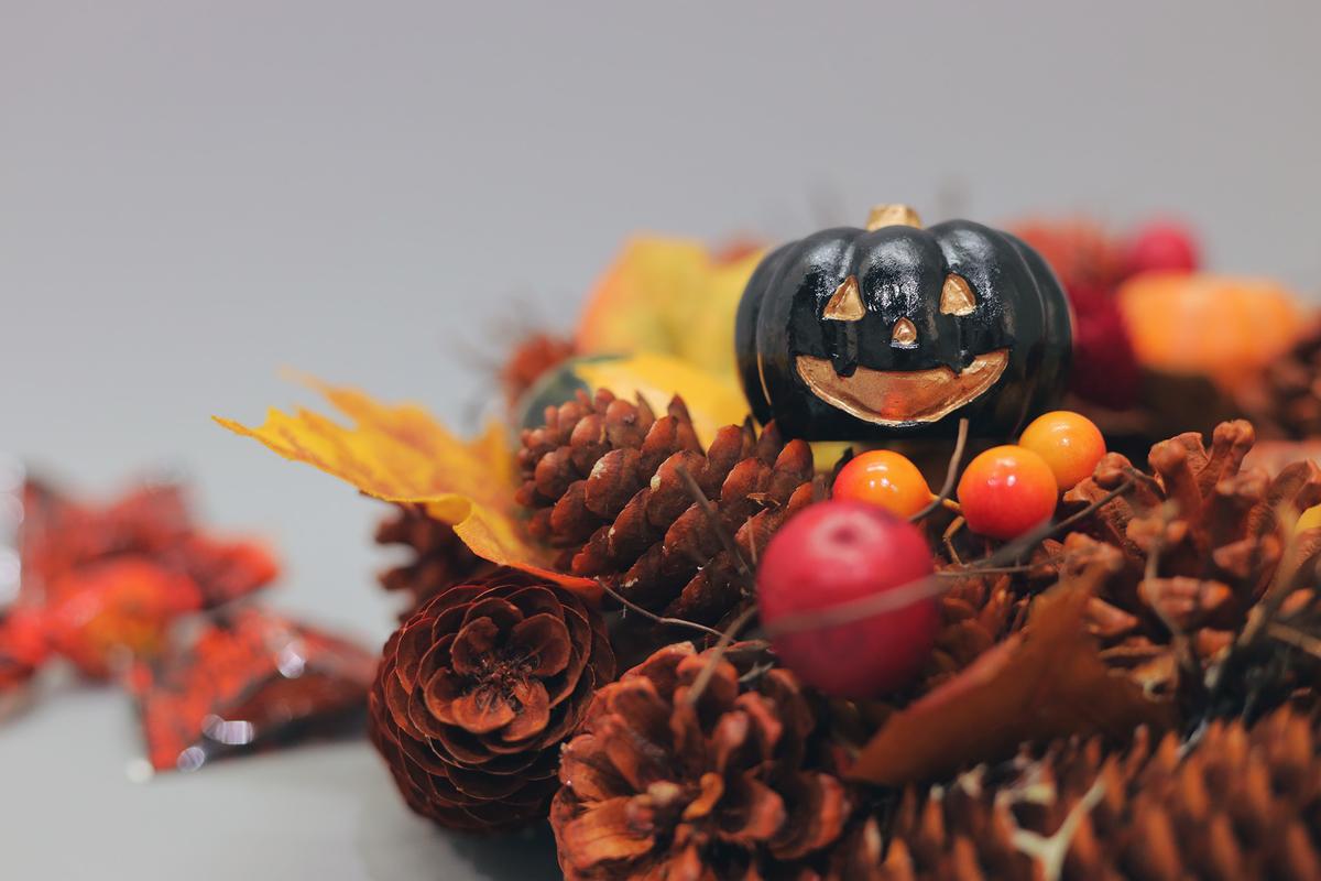 ハロウィンの飾りと落ち葉