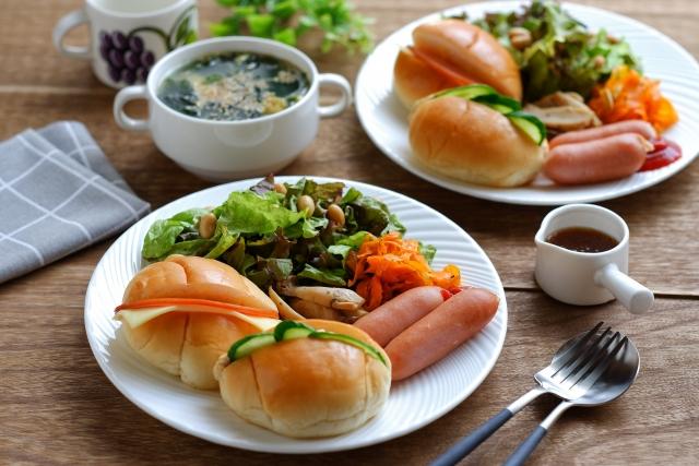 パンとサラダの朝食