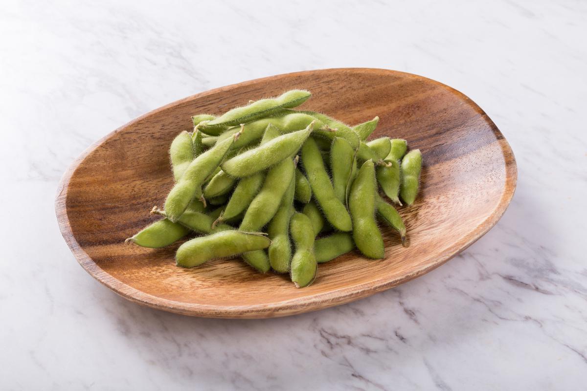 木皿に乗った枝豆
