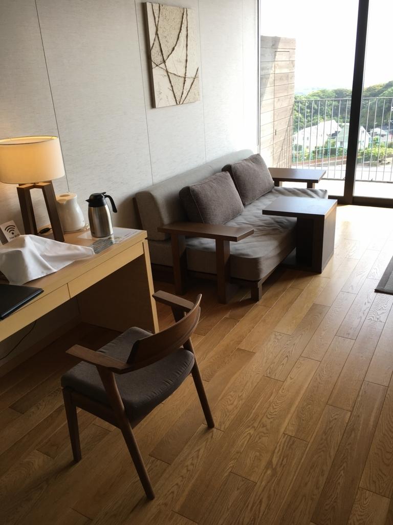 トスラブ 館山ルアーナの客室 ソファー
