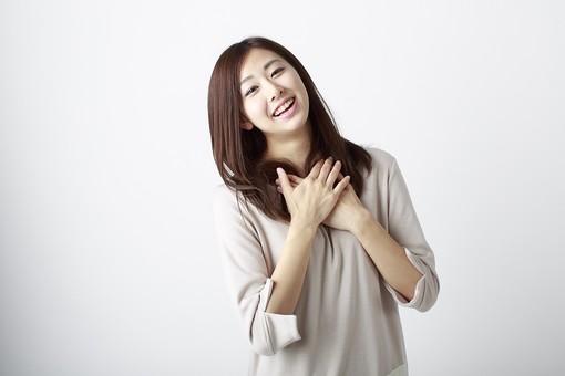 褒められて笑顔で輝く女性