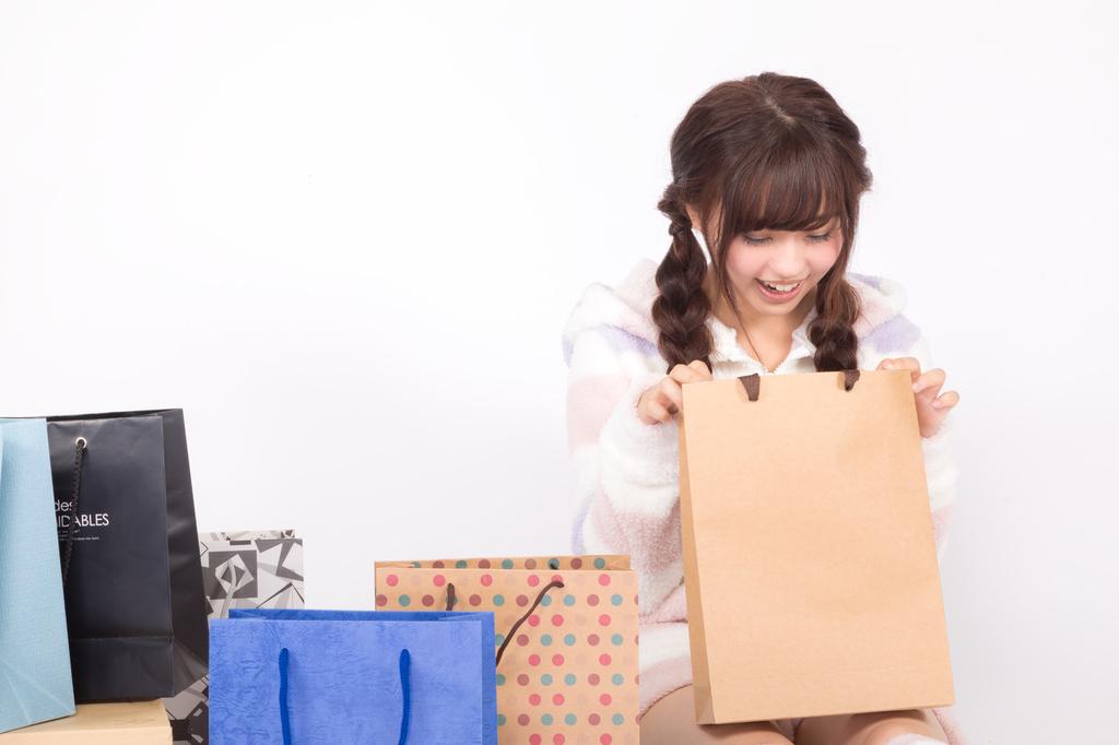 買い物をして満足気な女性