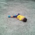 道に寝転がる2才児