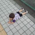 道に寝る子供