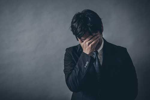 アパート経営に悩む男性