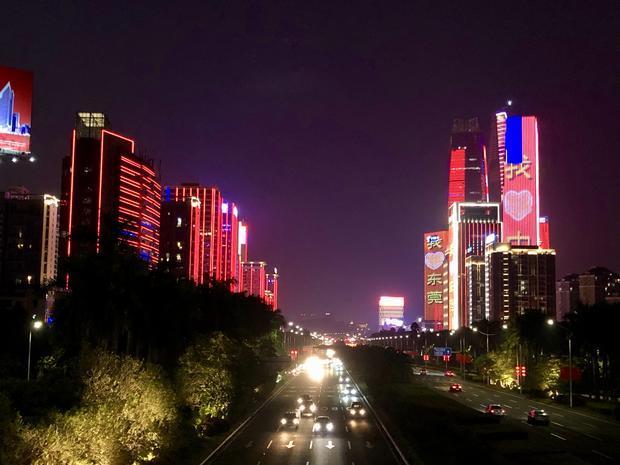 中国広東省東莞市の夜景、道