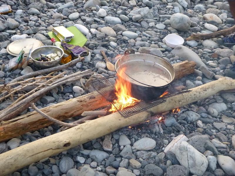 焚火で飯炊き中
