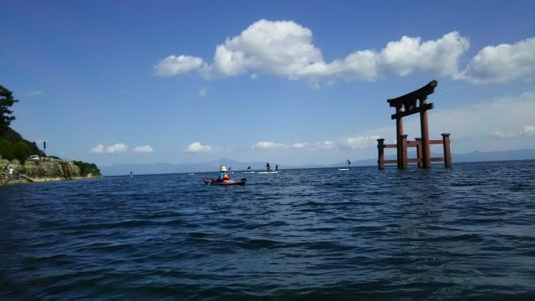 湖上に浮かぶシーカヤックとSUP