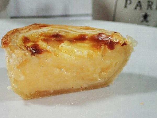 サクッとしたパイ生地に濃厚なカスタードクリームが詰まった本場ポルトガルのエッグタルト