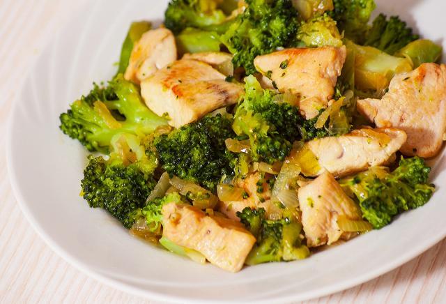 ブロッコリーと鶏肉のガーリック炒め