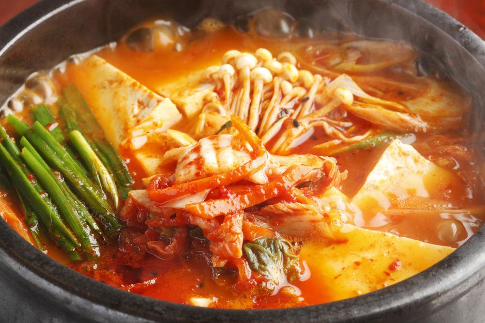 キムチ鍋の〆はうどんでも雑炊でも両方美味しく頂けますが、特におすすめはキムチ雑炊です。  最後に卵とチーズを入れることでとても美味しくなりますよ♪  ぜひお試しください♡