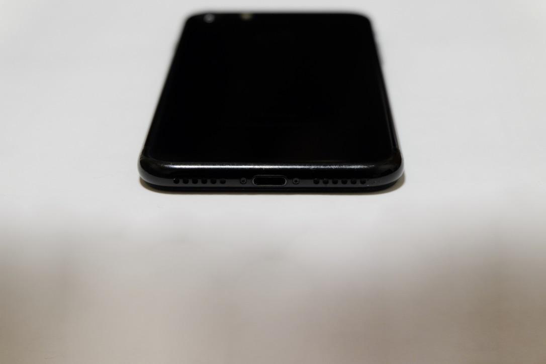 iPhone7のジェットブラックの底面