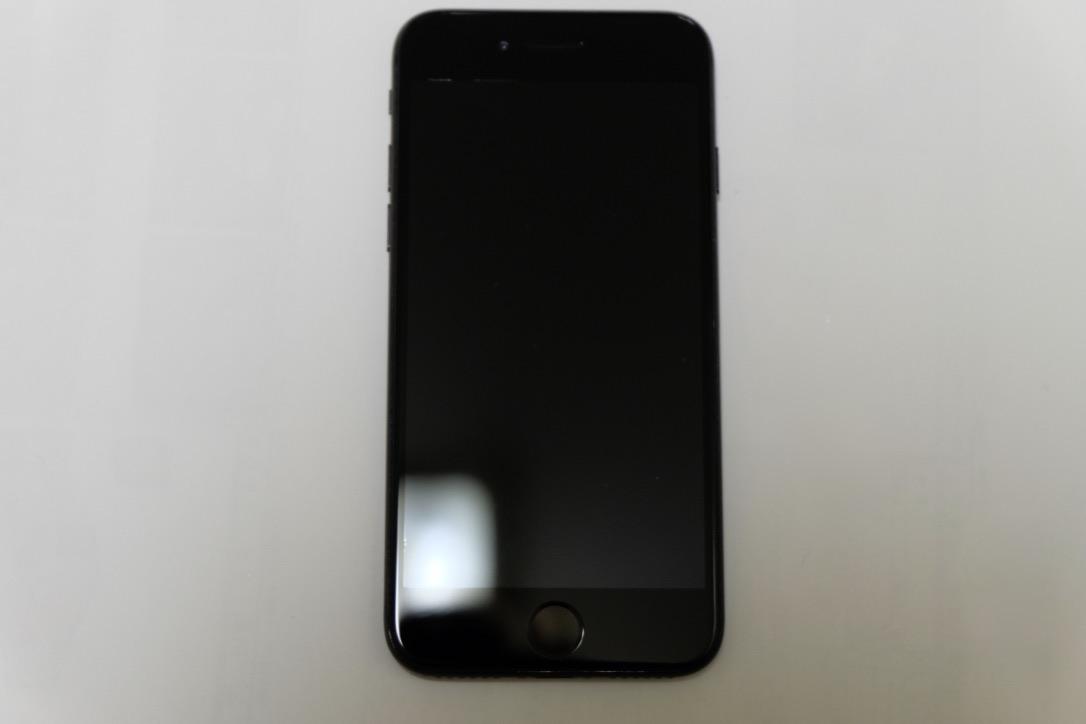 iPhone7のジェットブラックの前面