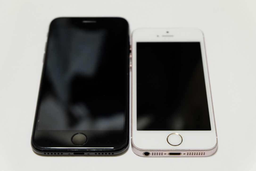 iPhone7のジェットブラックとiPhoneSEのローズゴールドの前面