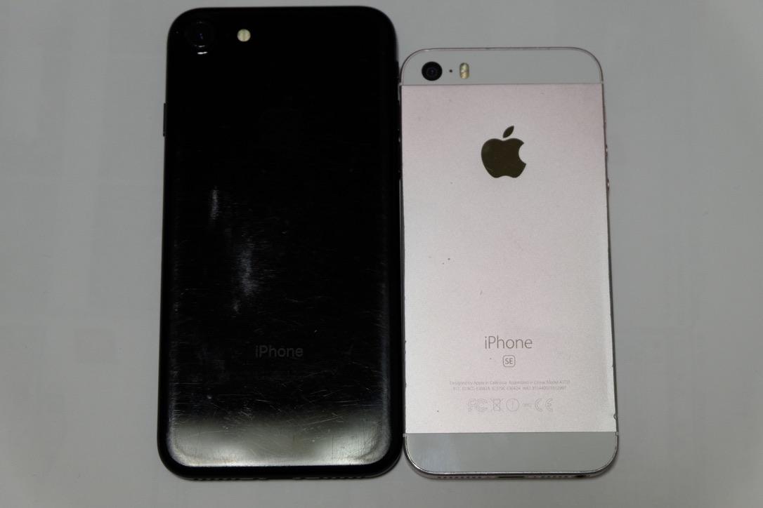 iPhone7のジェットブラックとiPhoneSEのローズゴールドの背面