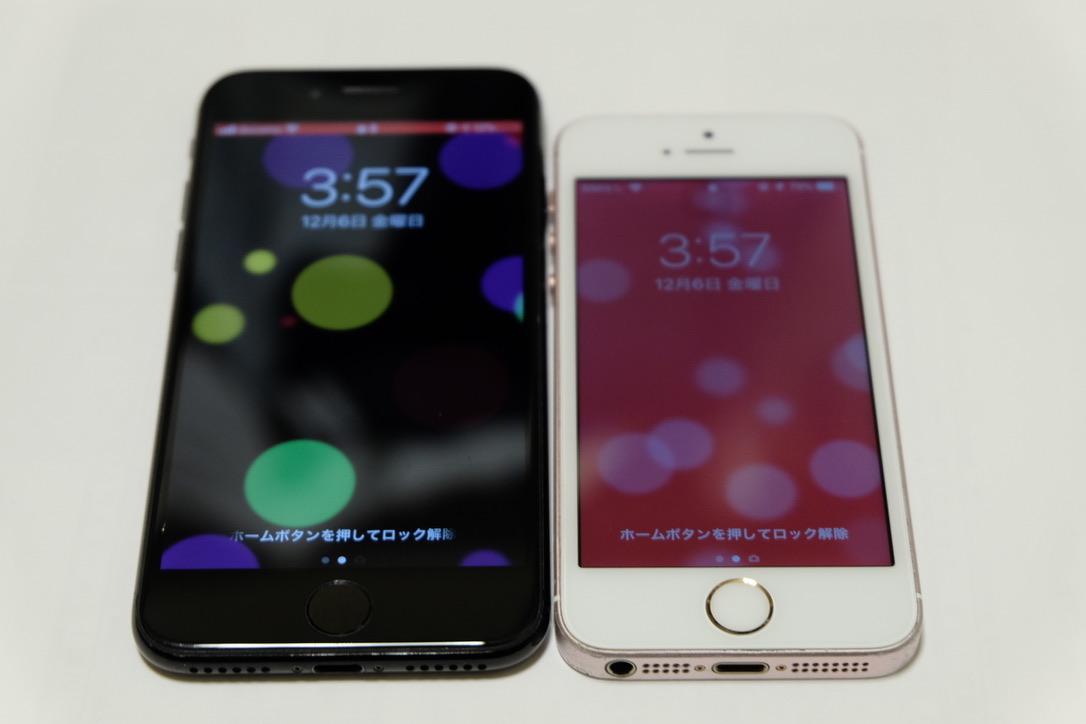 iPhone7のジェットブラックとiPhoneSEのローズゴールドの底面