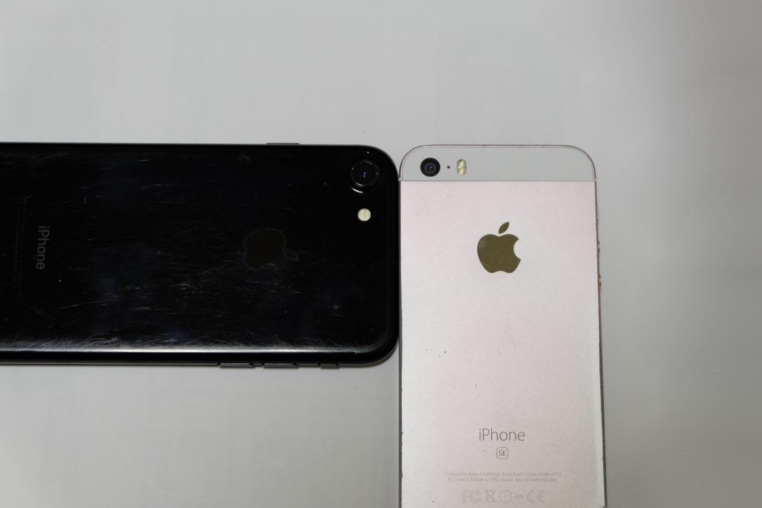 iPhone7のジェットブラックとiPhoneSEのローズゴールドのカメラ