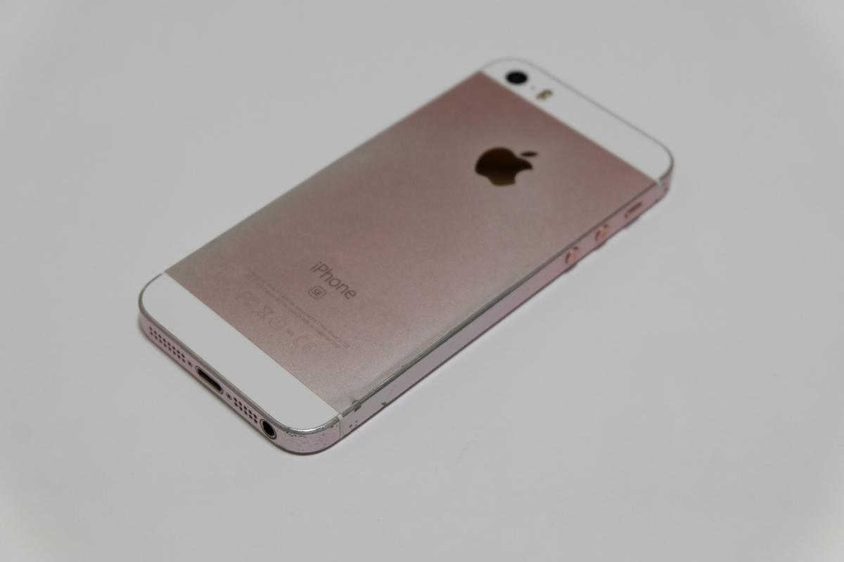 iPhone SEローズゴールドの側面