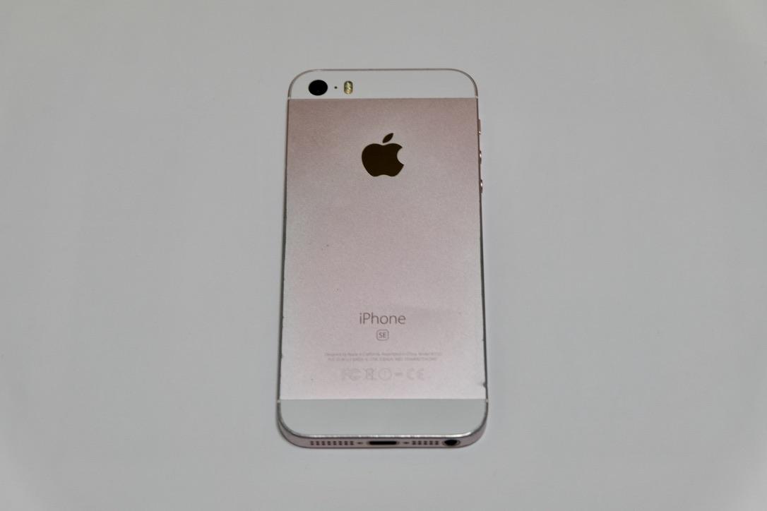 iPhone SEローズゴールドの背面