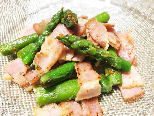 困った時の簡単レシピ、材料は玉ねぎ・ベーコンだけです。  タマゴを入れればさらにおいしくいただけます。