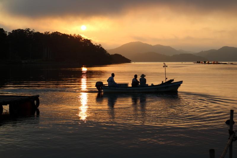 京都新聞写真コンテスト  夜が明けた 出漁!