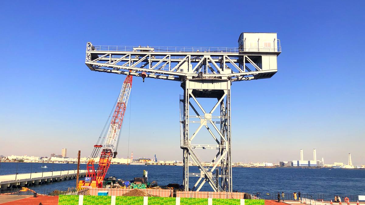 アイキャッチ画像。横浜市の新港ふ頭ターミナルから、遺構として保存されているハンマーヘッドクレーンを臨む風景。