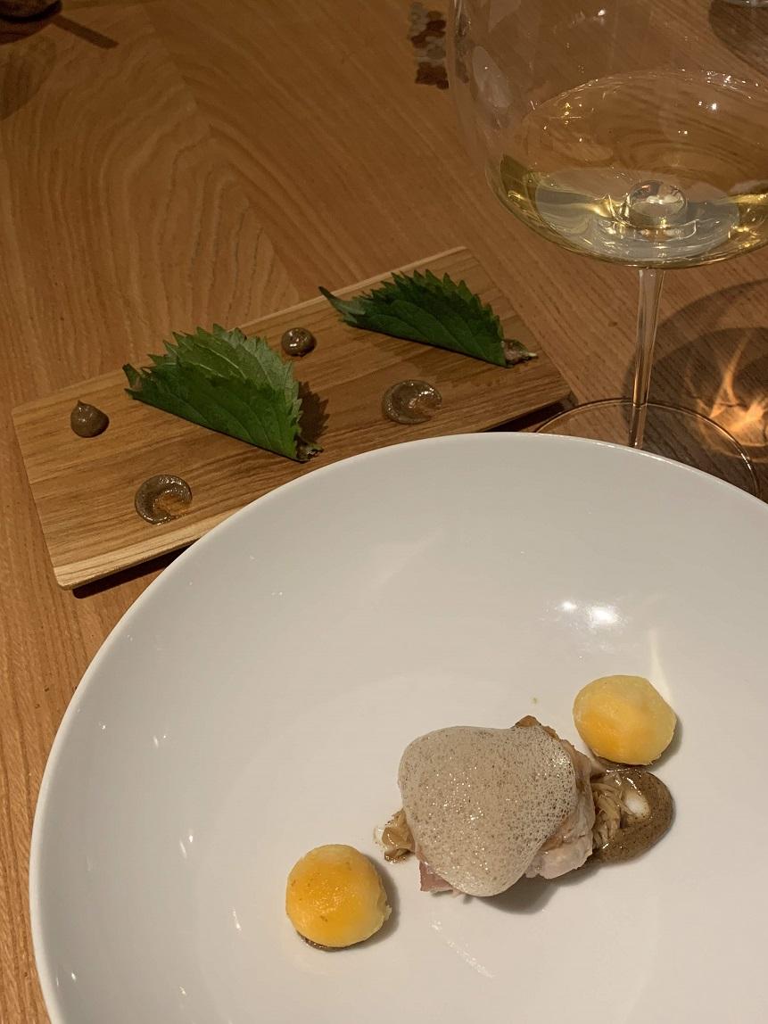 fゴルカ・イサギレの白ワイン42とマグロ