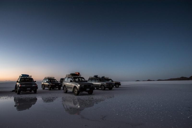 ウユニ塩湖に集う車