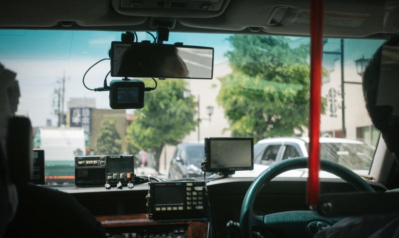 タクシーの後部座席