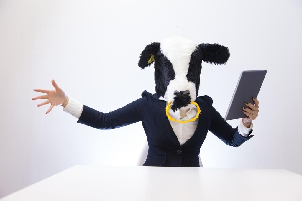 牛を被ったスーツ姿の女