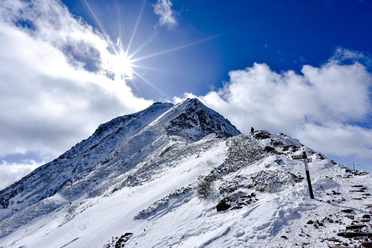 冬の赤岳山頂を照らす太陽のフリー画像(写真)