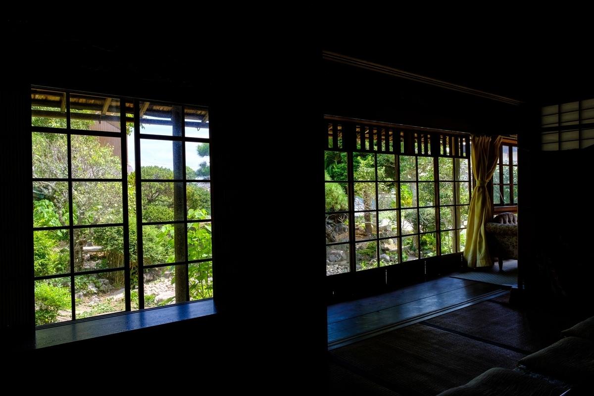 旧寿屋本家の縁側から見る庭(千葉県一宮町)のフリー画像(写真)