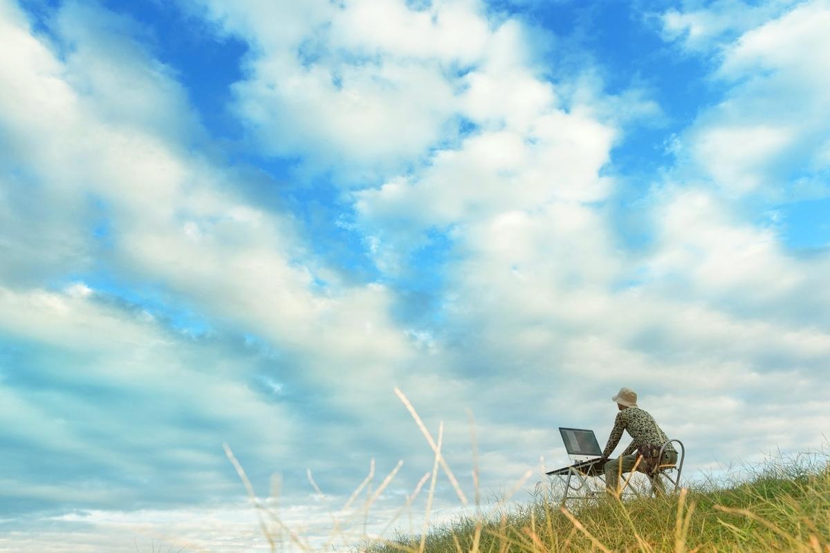 この仕事が終わったら「空を飛ぶんだ」と妄想するデザイナーのフリー画像(写真)