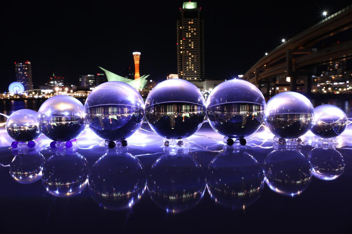 夜景と美しい大小の水晶玉のフリー画像(写真)