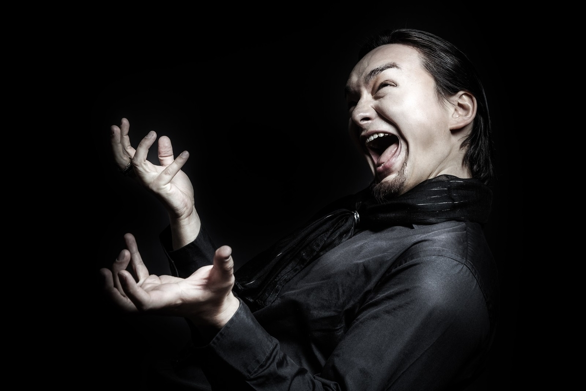ペナルティを課せられ雄叫びをあげる外国人のフリー画像(写真)