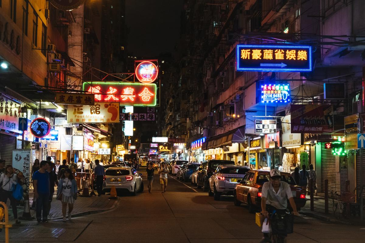ネオン輝く香港の繁華街のフリー画像(写真)