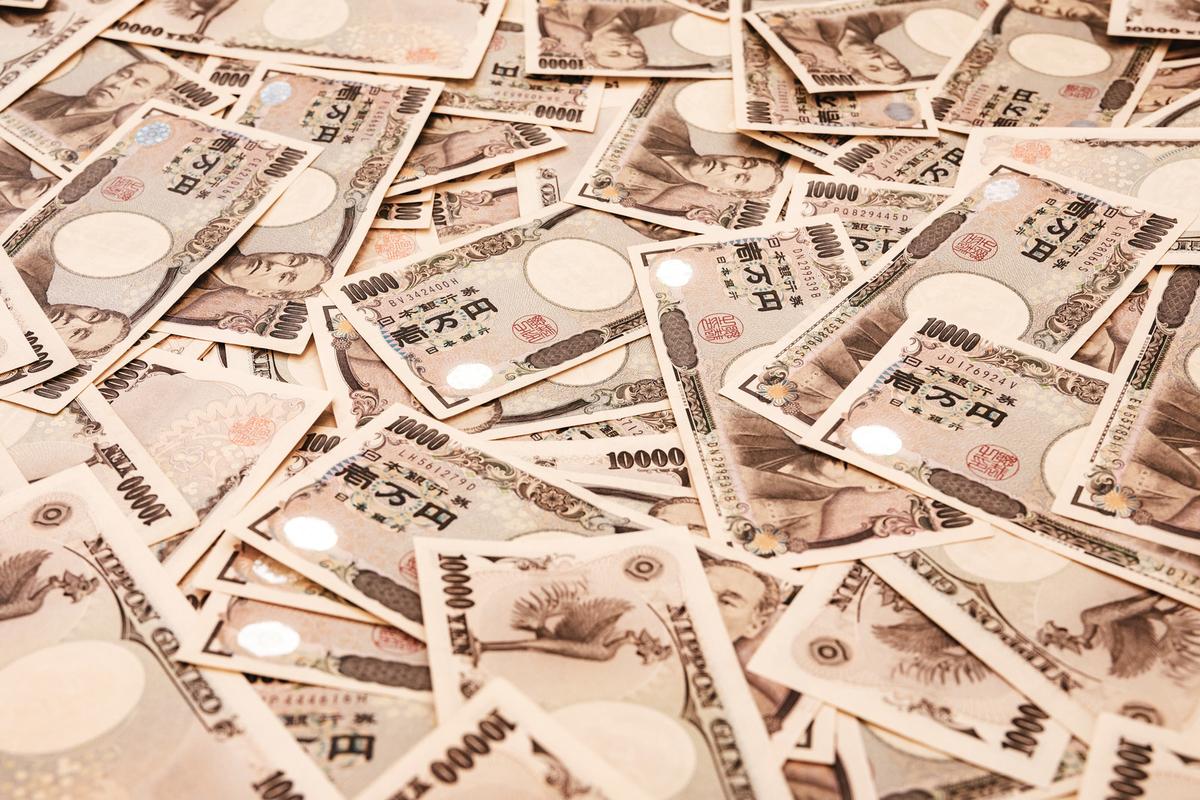 1万円札をばらまくのフリー画像(写真)