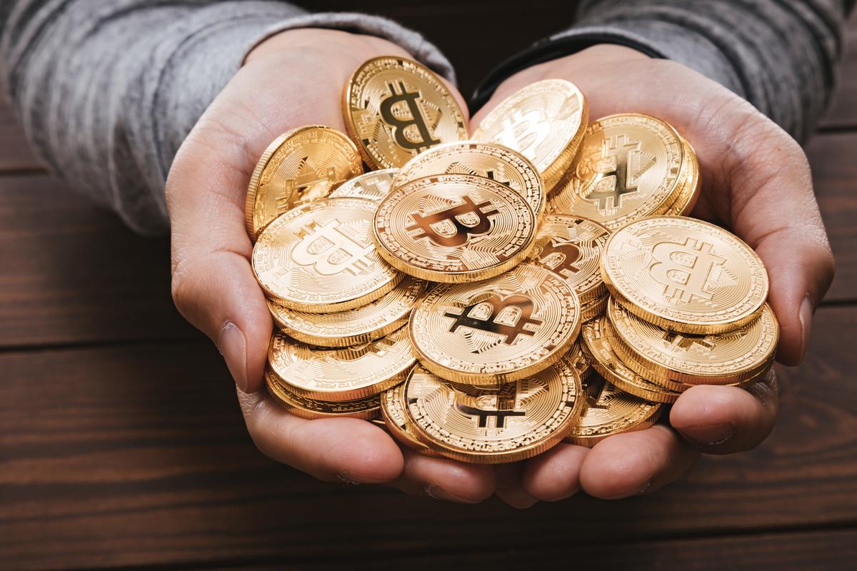 両手いっぱいにHODLしたビットコインのフリー画像(写真)