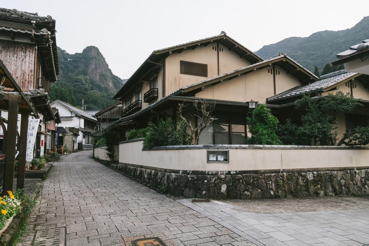 古い街並みの大川内山を散策のフリー画像(写真)
