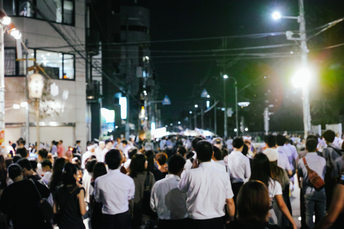 天神祭の路上の人集まりのフリー画像(写真)