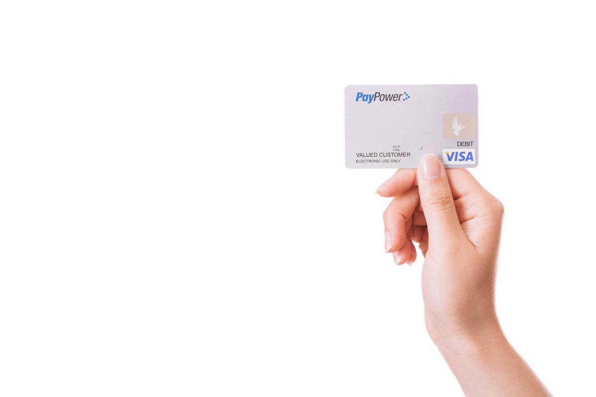クレジットカードを持った手のフリー画像(写真)