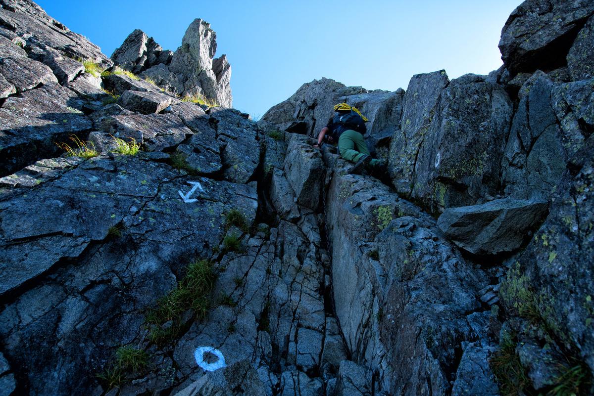 登山者を待ち構える鎖場の絶壁のフリー画像(写真)
